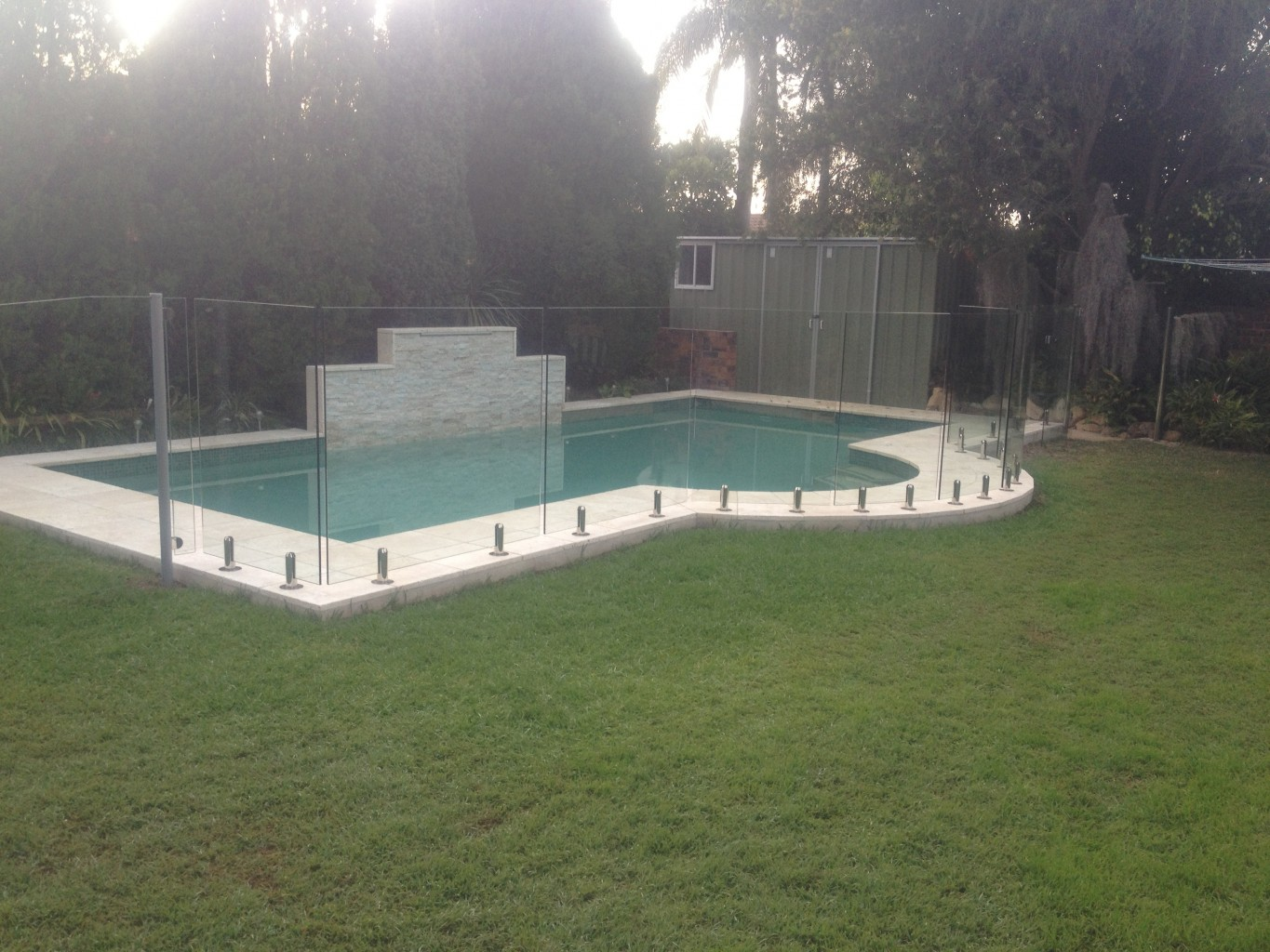 Pool featured by frameless pool fencing