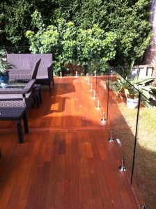 External deck frameless balustrade and toprail