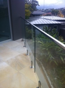 Tile deck with frameless balustrade and a top rail